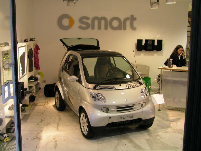 Das typische Stadtauto in Rom, ein SMART